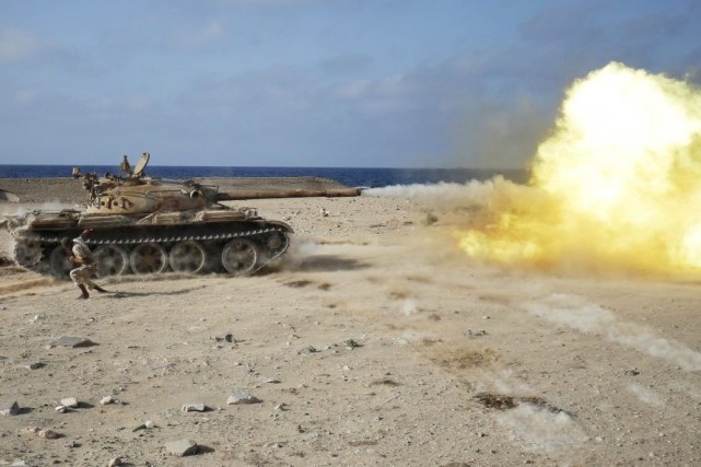 Un tank de l'armée libyenne tire sur des... (PHOTO GORAN TOMASEVIC, REUTERS)