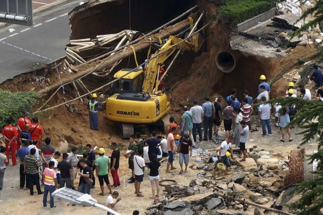 Les autorités cherchent des survivants dans le trou... (AFP)