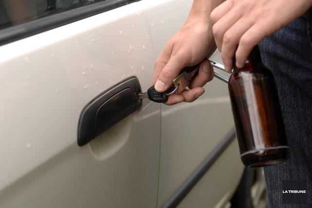 Une conductrice n'a pas hésité mardi à prendre un automobiliste en chasse après... (Archives La Tribune, Jessica Garneau)