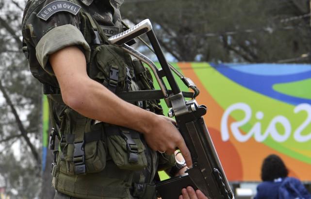 Un soldat brésilien monte la garde à Rio... (Photo Yuri Cortez, AFP)