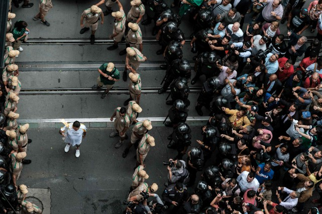 Des manifestations ont été organisées sur le chemin... (PHOTO YASUYOSHI CHIBA, AFP)