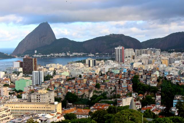 Vue panoramique sur la ville et la baie... (Guillaume Piedboeuf)