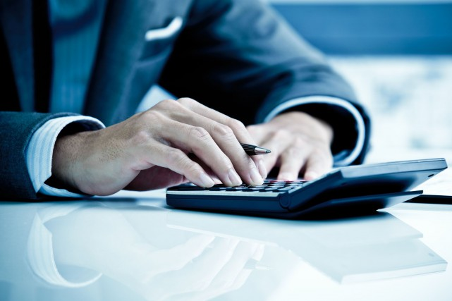 Un jeune conseiller financier en manque de liquidité... (123RF)