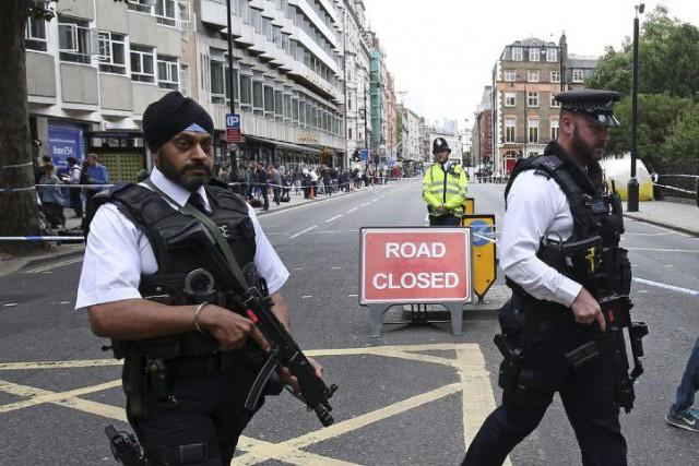 Des policiers sur les lieux de l'attaque au... (Photo Justin Tallis, Agence France-Presse)