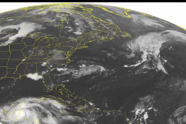 L'ouragan Earl a été rétrogradé au rang de tempête tropicale, jeudi,... (PHOTO VIA AP)