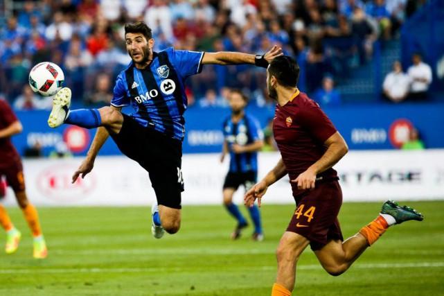 Ignacio Piatti tente de maîtriser le ballon devant... (PHOTO OLIVIER JEAN, LA PRESSE)