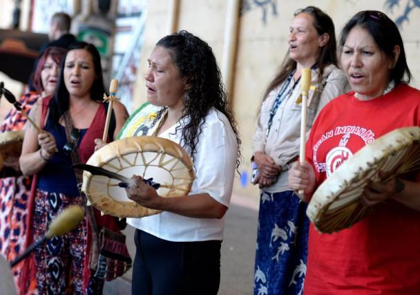 Des autochtones jouent du tambour en marge du... (PHOTO JUSTIN TANG, LA PRESSE CANADIENNE)