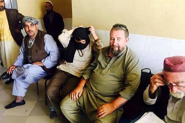 Deux touristes étrangers (au centre) légèrement blessés durant... (photo AFP/str)