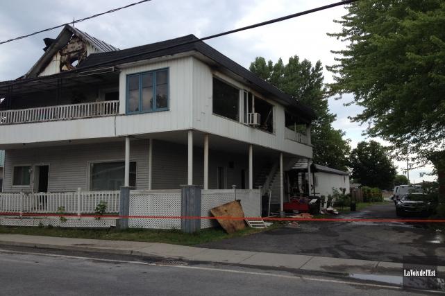Un quinquagénaire a perdu la vie mercredi soir à la suite de l'incendie de... (Janick Marois, La Voix de l'Est)