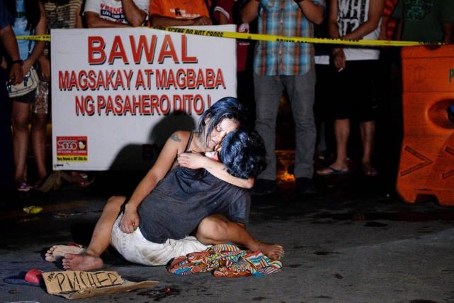 Cette photo montrant Jennilyn Olayres accroupie dans une... (AFP)