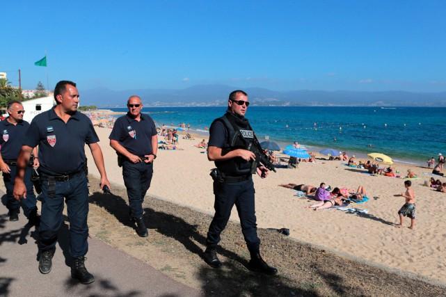 Des policiers patrouillent sur une plage d'Ajaccio en... (photo PASCAL POCHARD-CASABIANCA, archives AFP)