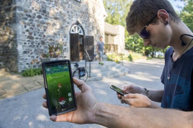 Des joueurs de Pokémon Go au sanctuaire Notre-Dame-du-Cap....
