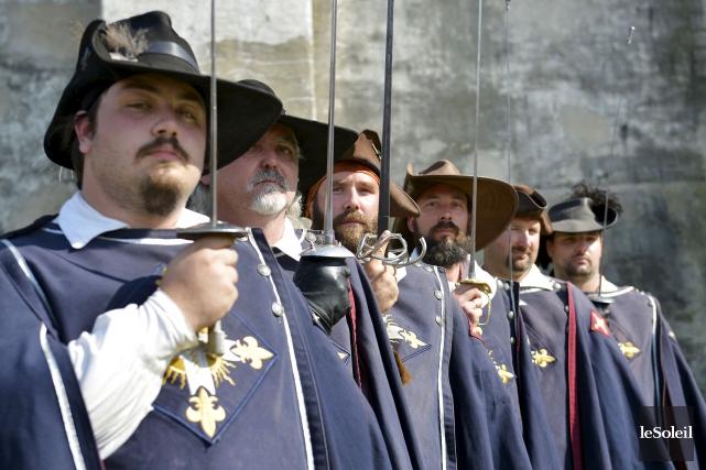 Les 25 membres de la Garde du Lys... (Le Soleil, Yan Doublet)