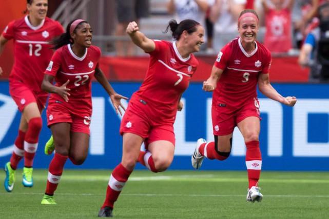 Rhian Wilkinson (au centre) compte 175sélections avec l'équipe... (Photo archives La Presse Canadienne)