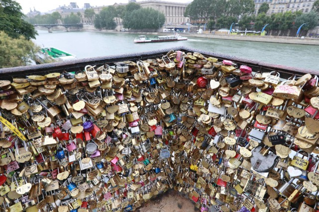 Sur la place du Pont Neuf, les cadenas... (photo JACQUES DEMARTHON, AFP)