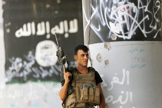 Un membre de l'unité antiterroristes des forces irakiennes... (photo Hadi Mizban, archives AP)