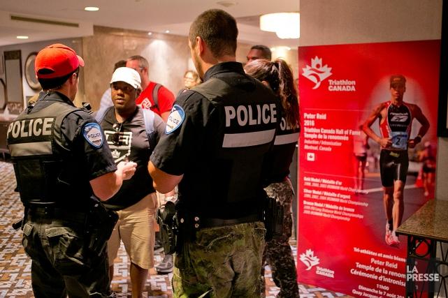 Les grévistes sont finalement sortis lorsque les policiers... (PHOTO DAVID BOILY, LA PRESSE)