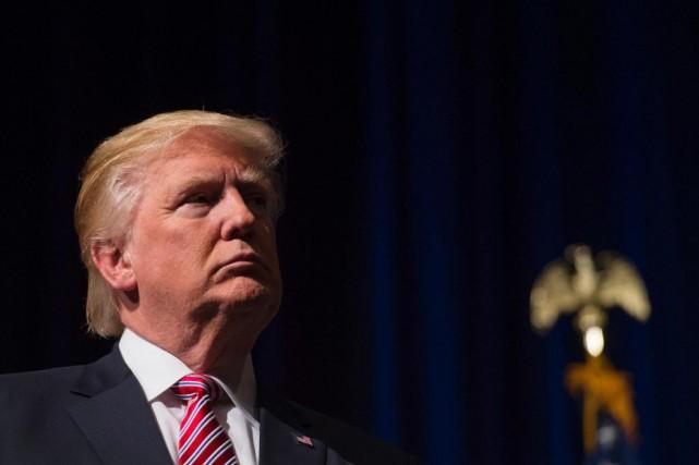 Donald Trump écoute un discours prononcé par son... (PHOTO MOLLY RILEY, AGENCE FRANCE-PRESSE)