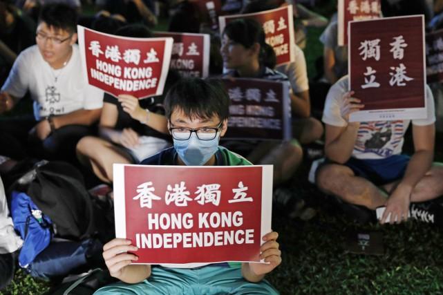 Les manifestants, de tous âges, s'étaient réunis vendredi... (photo Kin Cheung, AP)