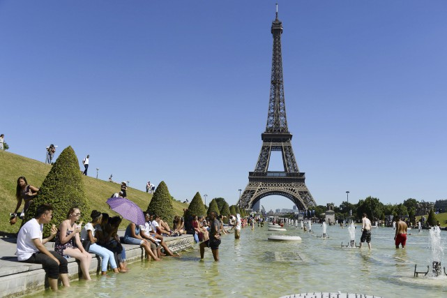 La tour Eiffel... (PHOTO ARCHIVES AFP)