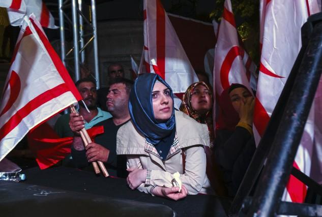 Des partisans d'Erdogan manifestent le 5 août dans... (AFP)