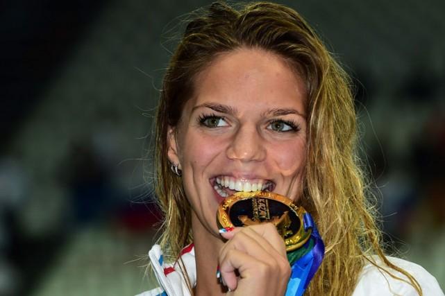 Yuliya Efimova pose avec sa médaille d'or auxchampionnats... (ARCHIVES AFP)