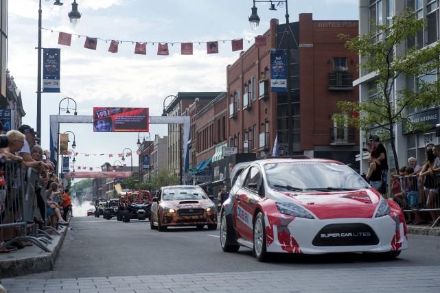 La parade des voitures de rallycross au centre-ville... (Stéphane Lessard)