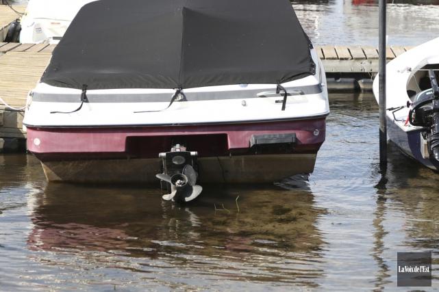 Un bateau à quai touche au fond de... (Julie Catudal, La Voix de l'Est)