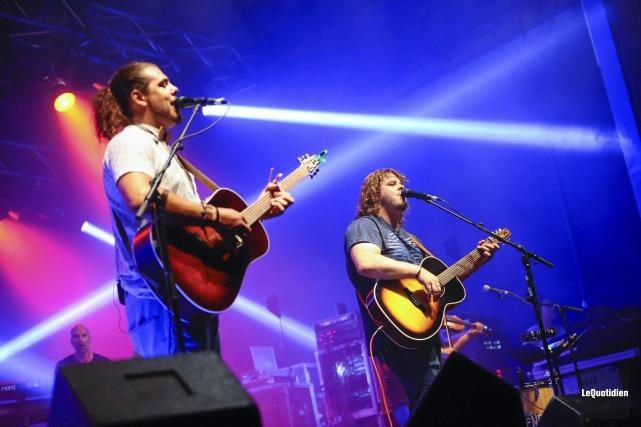 Le duo 2Frères a entonné ses succès, au... (Photo Le Quotidien, Gimmy Desbiens)