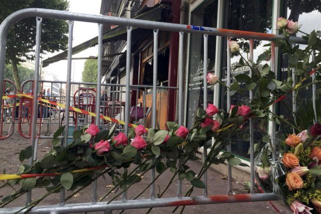 Des roses ont été déposées devant le bar... (PHOTO CLOTAIRE ACHI, REUTERS)