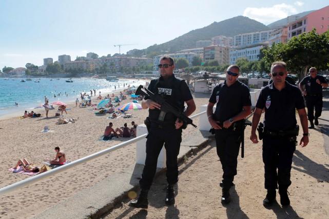 Des policiers patrouillent sur la plage d'Ajaccio, en... (PHOTO PASCAL POCHARD-CASABIANCA, AFP)