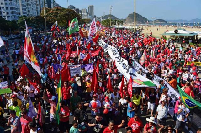 Près de 3000 manifestants ont protesté près de... (PHOTO TASSO MARCELO, AGENCE FRANCE-PRESSE)