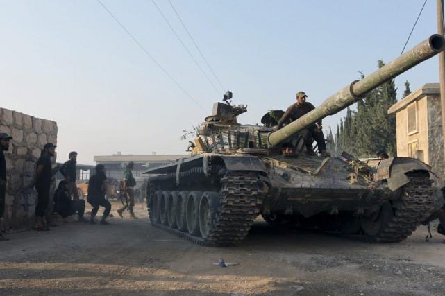 Sur la photo, des combattants rebelles à Alep.... (PHOTO AMMAR ABDULLAH, REUTERS)
