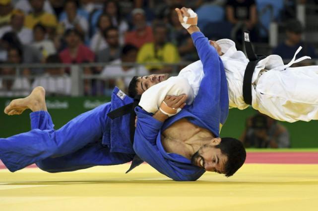 Le Québécois Sergio Pessoa (en bleu) a été... (PHOTO TOSHIFUMI KITAMURA, AFP)