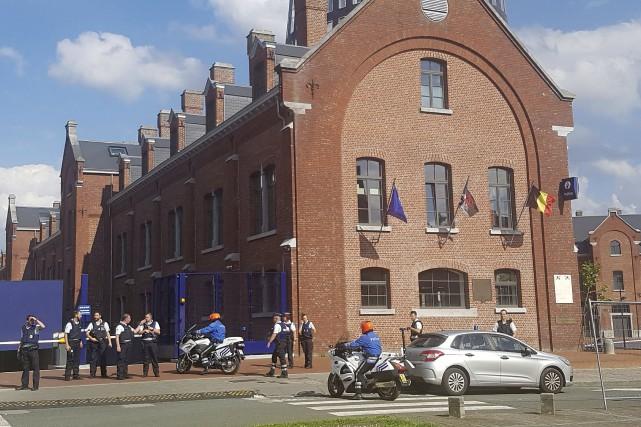 L'attaque s'est produitedevant l'hôtel de police de Charleroi,... (AFP, Fred Dubois)