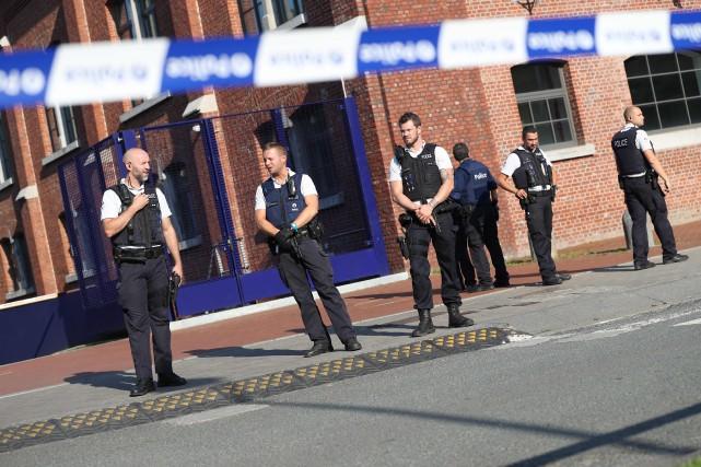 Des policiers montent la garde aux abords de... (PHOTO AFP / BELGA / VIRGINIE LEFOUR)