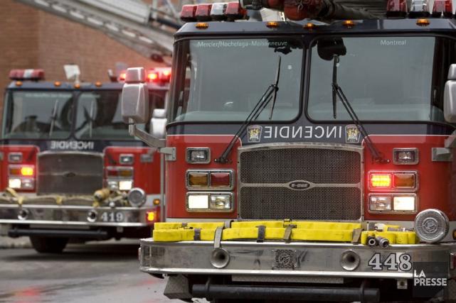 Une centaine de pompiers ont lutté contre un violent incendie pendant trois... (David Boily, Archives La Presse)