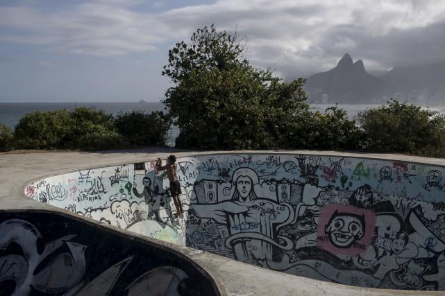 Dans le petit monde du skate, qui se... (Associated Press)