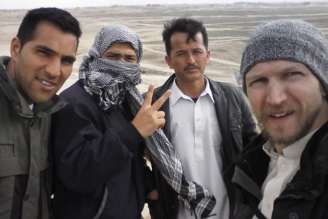 Jonny Blair (à droite), entouré de trois Afgans... (Agence France-Presse)