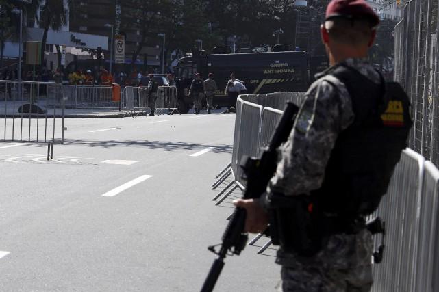 Six policiers militaires ont bouclé la zone près... (REUTERS)