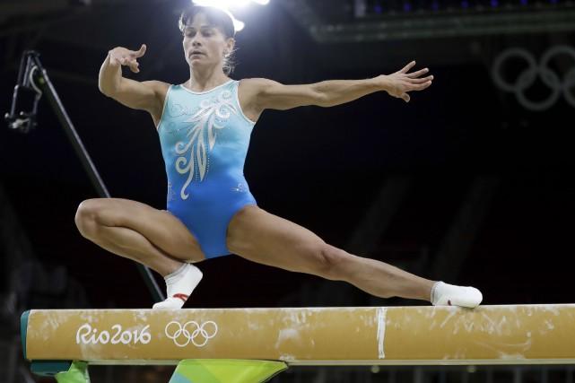 À ses septièmes Jeux olympiques, l'Ouzbèke Oksana Chusovitina,41... (AP, Julio Cortez)