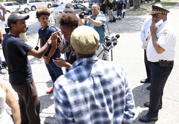 Des manifestants ont tenté d'empêcher le surintendant de... (AP, Tae-Gyun Kim)