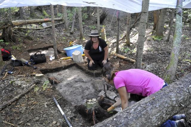 L'archéologue Noémie Plourde et la technicienne en archéologie... (Photo Le Progrès-Dimanche, Rocket Lavoie)