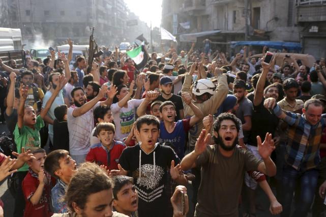 Des Syriens sont descendus dans les rues d'Alep... (AFP, THAER MOHAMMED)