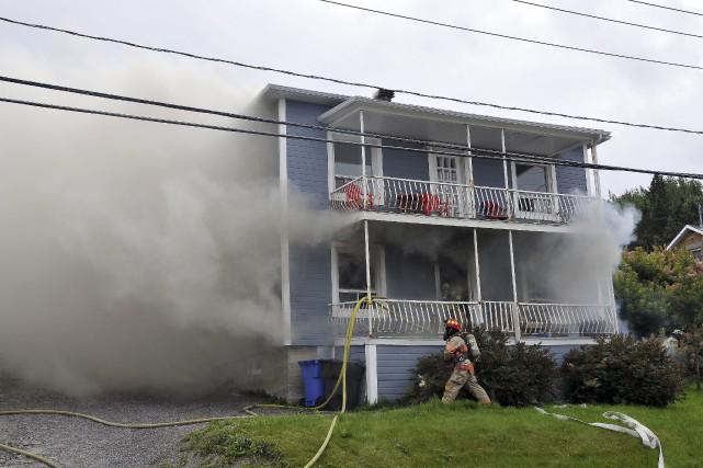 Un locataire aurait mis le feu samedi après-midi... (Photo Le Progrès-Dimanche, Rocket Lavoie)