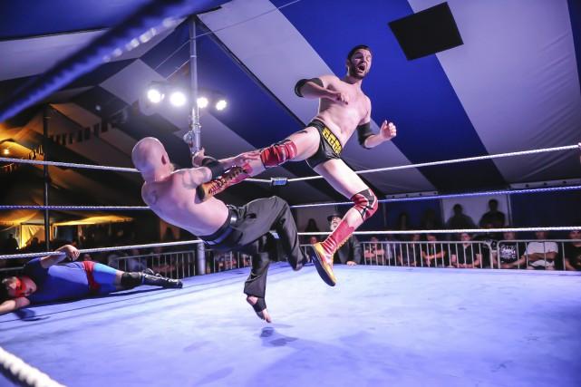 Les lutteurs ont montré plusieurs prises spectaculaires.... (Photo Le Progrès-Dimanche, Gimmy Desbiens)