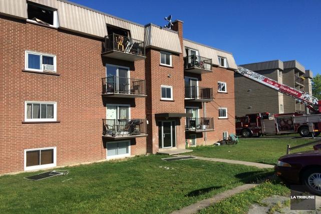 Un incendie a forcé l'évacuation d'un immeuble de 15 logements dimanche matin à... (La Tribune, Charles Beaudoin)