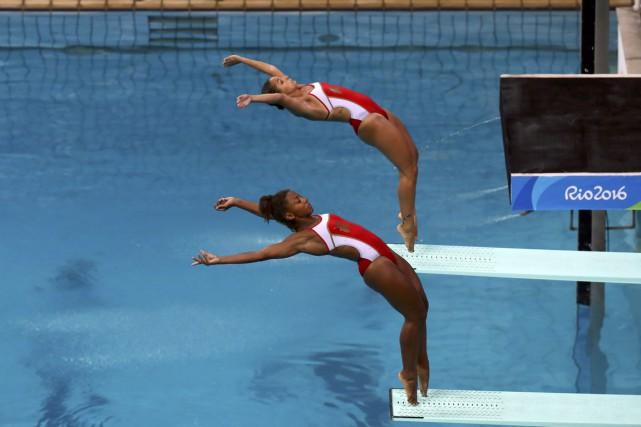 Jennifer Abel (à l'avant) et Pamela Wareont raté... (PHOTO KAI PFAFFENBACH, REUTERS)