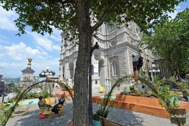 La place publique éphémère devant l'église Saint-Jean-Baptiste, sur... (Le Soleil, Erick Labbé)