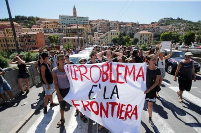 Des militants No Borders brandissent unebannière sur laquelle... (PHOTO AFP)